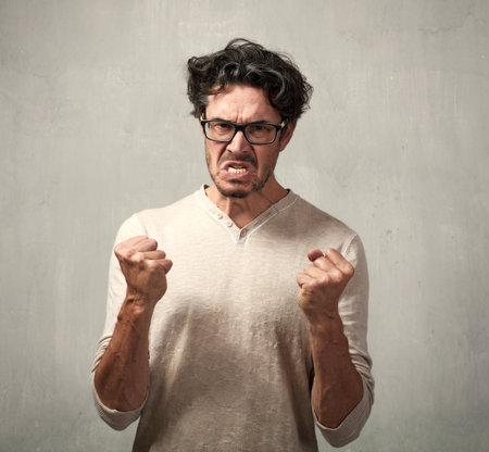 Retrato de hombre enojado furia. Las personas se enfrentan a expresiones.