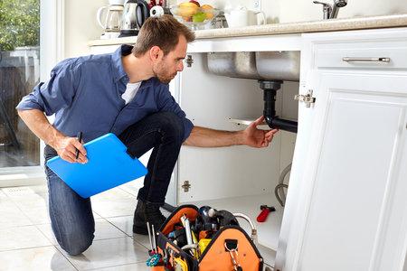プロの配管キッチン ホームの改修を行っています。 写真素材