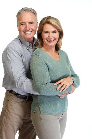 Gelukkig bejaarde echtpaar lachend portret geïsoleerde witte achtergrond