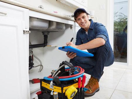 Plombier professionnel faire rénovation à la maison de la cuisine. Banque d'images - 66944840