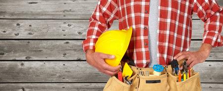 Travailleur de la construction avec casque et ceinture d'outils. Banque d'images