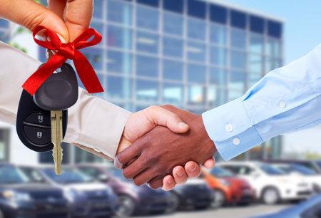 Auto verkoper en klant handshake. Stockfoto