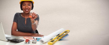 Afro-Amerikaanse architect vrouw met sleutel. Stockfoto