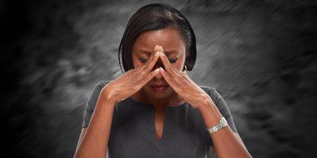 Vrouw die een migraine-aanval. Stockfoto - 70782210