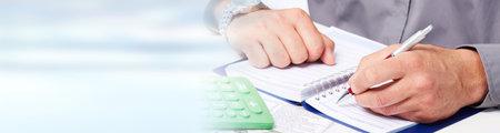 Accountant handen met calculator