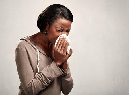 sneezing black woman 版權商用圖片