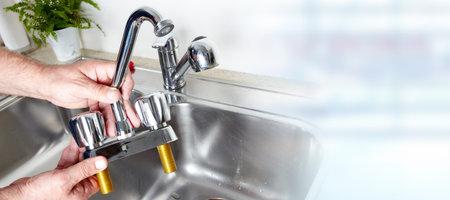 Mains plombier. Banque d'images - 72969160