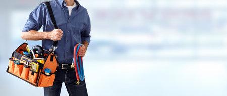 Mains de plombier avec des outils. Banque d'images - 73296518