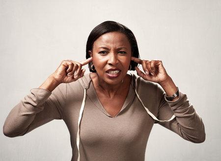 Femme noire entendant quelque chose Banque d'images - 74661488