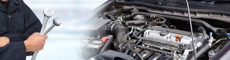 Mani di meccanico auto con chiave in vitro
