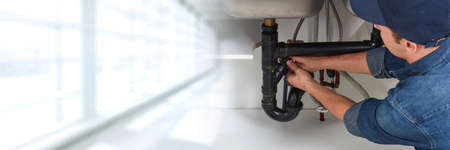 Mains plombier. Banque d'images - 75233006