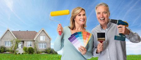 Couple âgé avec outils de rénovation Banque d'images - 76606544