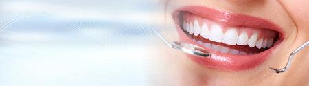 Vrouwentanden met tandheelkundige instrumenten Stockfoto