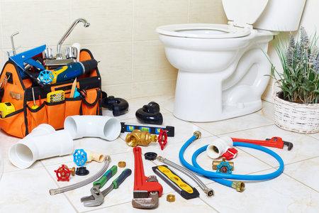 Plumbing tools in the bathroom . Imagens