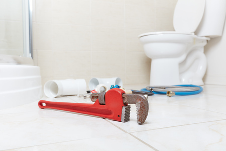 Plumbing wrench in the bathroom . Banque d'images - 119054250