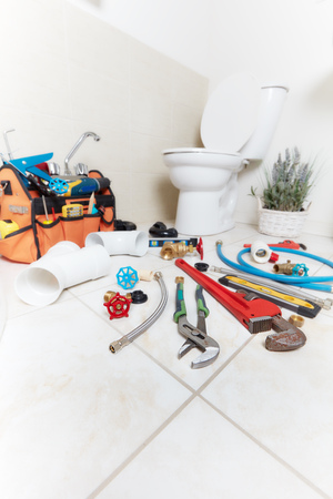 Plumbing tools in the bathroom . Banque d'images - 119054257