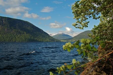 the deepest: Lago Hornindalsvatnet, el m�s profundo de Europa, Sogn og Fjordane, Noruega Foto de archivo