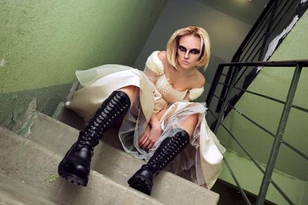 Hermosa joven rubia vestida como una novia g�tica en las escaleras. photo