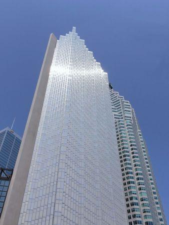 Wolkenkratzer am blauen Himmel mit Sonne Reflexion 30025  Standard-Bild - 556623