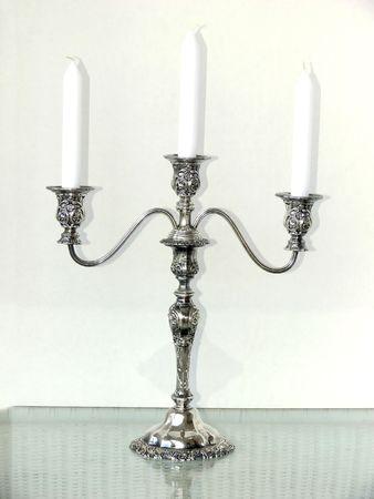 Eine Silber drei Arm Kerzenhalter mit weißen Kerzen. 50190 Standard-Bild - 797075