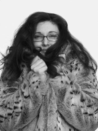 manteau de fourrure: Belle dame 60420B.An portrait d'une belle dame dans un manteau de fourrure pouvant accueillir jusqu'� son visage et ses longs cheveux roux tombe sur son �paule.