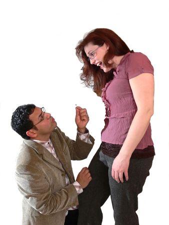 eacute: Matrimonio proponendo 60509 Un uomini in ginocchio davanti alla sua fidanzata con l'anello di nozze nelle sue mani e che si propone di suo amore.