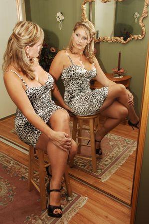 busty: Joven mujer sentada.