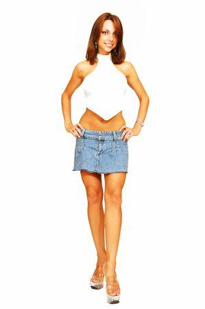 Femme debout en jupe courte jeans.