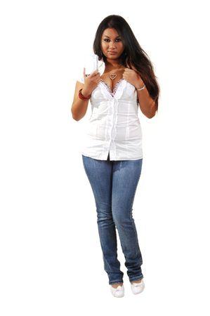 jeans apretados: J�venes de Asia mujer sosteniendo su copa delante de la c�mara, en pantalones vaqueros ajustados y blusa blanca .. Foto de archivo