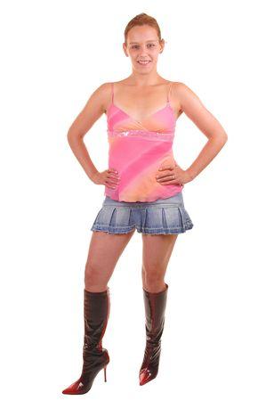 mini jupe: Une photo portrait d'une jeune femme en mini jupe et des bottes, souriant, sa jolie shoing jambes, pour un fond blanc.