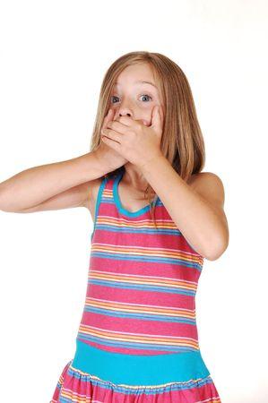 mouth closed: Un joven bastante cerrado su boca con ambas manos porque ella dice que mucho y ahora ella tiene miedo de la consecuencia, sobre fondo blanco.