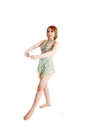 녹색 발레 드레스와 스튜디오에서 hairstanding 및 흰색 위에 그녀의 다음 댄스에 대한 연습 젊은 예쁜 발레리나