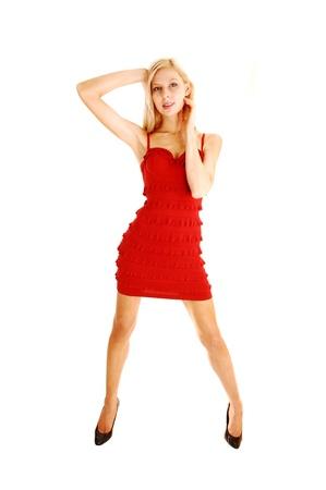 legs spread: Una bella donna alta e sottile giovane donna in piedi per sfondo bianco withher gambe divaricate e le mani sulla testa in nero tacchi alti