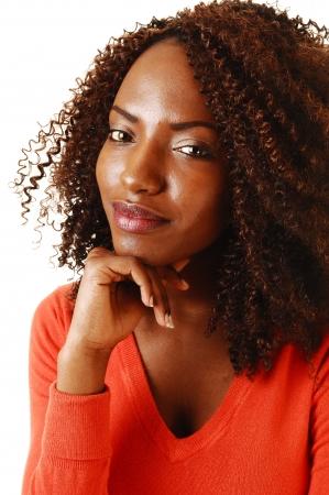 Porträt einer schönen schwarzen Teenager, lächelnd in die Kamera, withone Hand unter ihr Schienbein für weißen Hintergrund Standard-Bild - 18060709