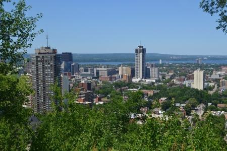 Der Blick von der Innenstadt von Hamilton mit einigen Hochhäusern und einem Park in theforeground und dem See Ontario in den Hintergrund, aus dem Berg Standard-Bild - 18544150