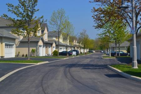 Een mooie en rustige buitenwijk buurt in het vroege voorjaar, op een mooie zonnige dag