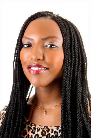 Ein Nahaufnahmebild einer jungen hübschen Frau mit langen Zopfhaaren, lächelnd für weißen Hintergrund Standard-Bild