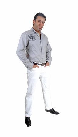 uomo alto: Un giovane alto in piedi per sfondo bianco molto rilassato con hishands in tasca
