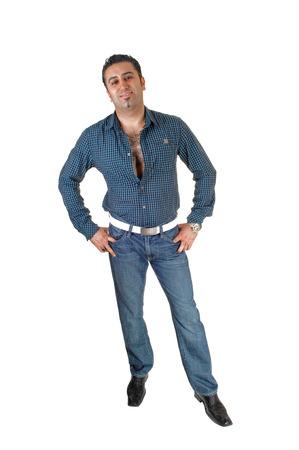 uomo alto: Un giovane alto in piedi per sfondo bianco molto rilassato con hisarms sui fianchi, sorridendo