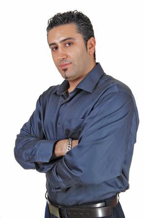uomo alto: Un giovane alto in piedi per sfondo bianco molto rilassato con hisarms incrociate