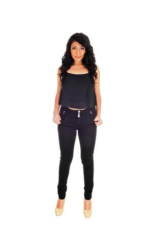 28553e5cff2  25102689 - Eine schöne junge Hispanic Frau in schwarzen Jeans und Bluse  forwhite mit ihren langen schwarzen Locken