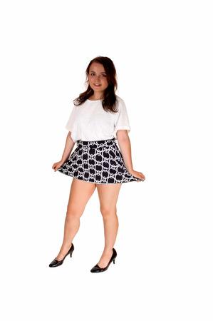 白ブラウスと白い背景の分離に立って shortskirt でかなりティーンエイ ジャーの女の子の全身画像。 写真素材