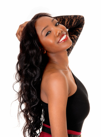 hair curly: Un cuadro del primer de una mujer afroamericana bonita con el pelo curlyblack largo, aislado de fondo blanco.