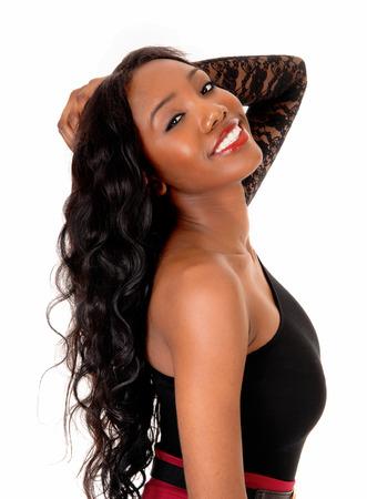 noir: Une image gros plan d'une jolie femme afro-américaine avec de longs cheveux de curlyblack, isolé pour fond blanc. Banque d'images