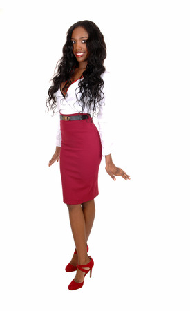 fille noire: Une image pleine longueur d'une jeune fille noire dans un chemisier blanc et jupe rouge andlong boucl�s cheveux noirs debout isol� pour fond blanc. Banque d'images