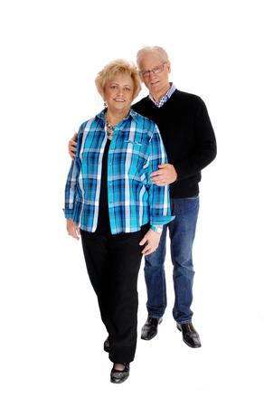 mujeres ancianas: Una buena pareja madura pareja de pie para el fondo blanco aislado, el hombre detrás de la mujer. Foto de archivo