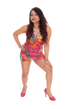 beine spreizen: Eine hübsche ostindischen junge Frau in einem bunten Sommerkleid stehen, mit gespreizten Beinen, isoliert für weißen Hintergrund.