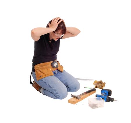 mujer rodillas: Una mujer de rodillas en el suelo aislado por un fondo blanco se está preguntando lo que hizo mal en su trabajo.