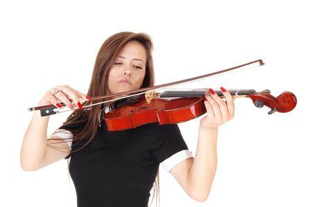 Une belle femme debout dans une robe noire jouant du violon les yeux fermés, isolée pour fond blanc Banque d'images