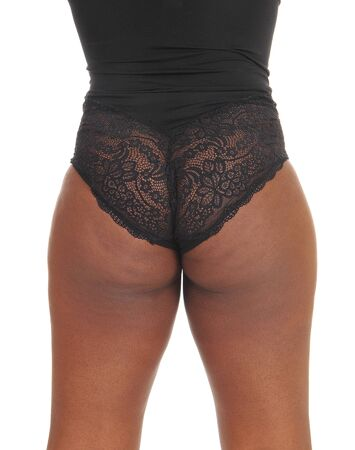 Une image en gros plan des fesses d'une femme afro-américaine debout à l'arrière en lingerie blag, isolée pour fond blanc